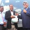Fernando Rosa entrega autobús escolar y se promete seguir trabajo por Santiago