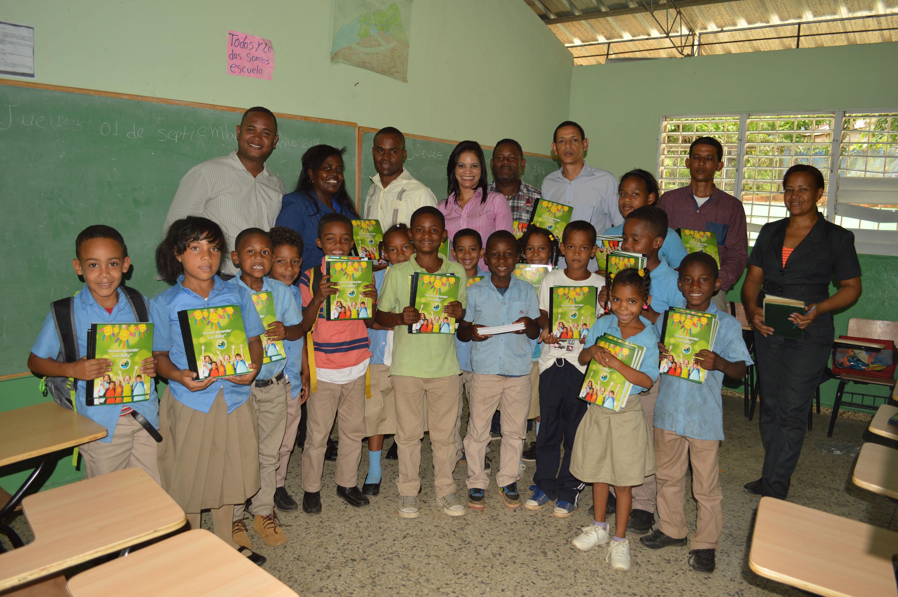 FONPER dona 4 mil cuadernos en escuelas de Villa Altagracia 1